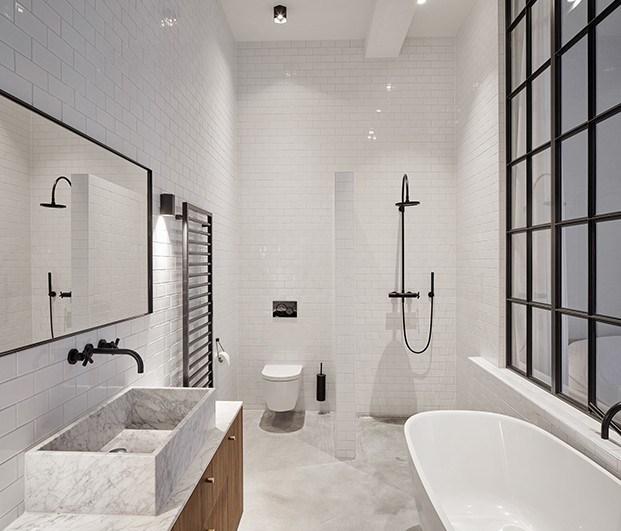 Baño habitación principal con una gran ventana al dormitorio. Apartamento 1. Proyecto Home Sint Willibrordusstraat.