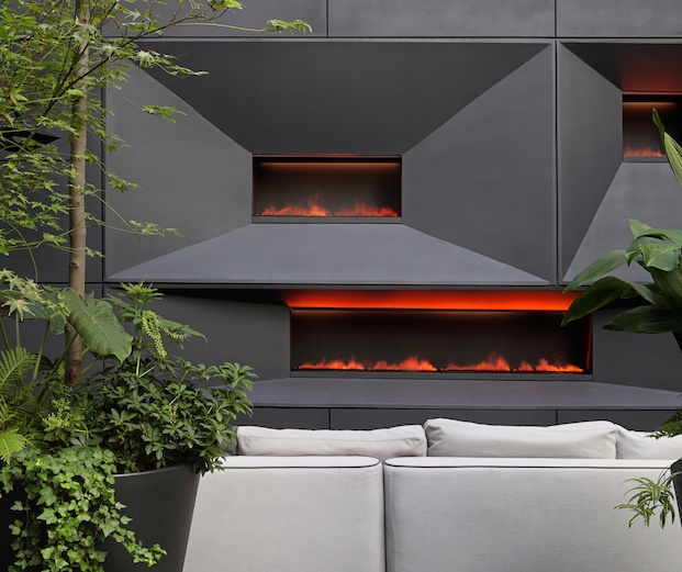 Chimeneas de diseño en patio interior con plantas
