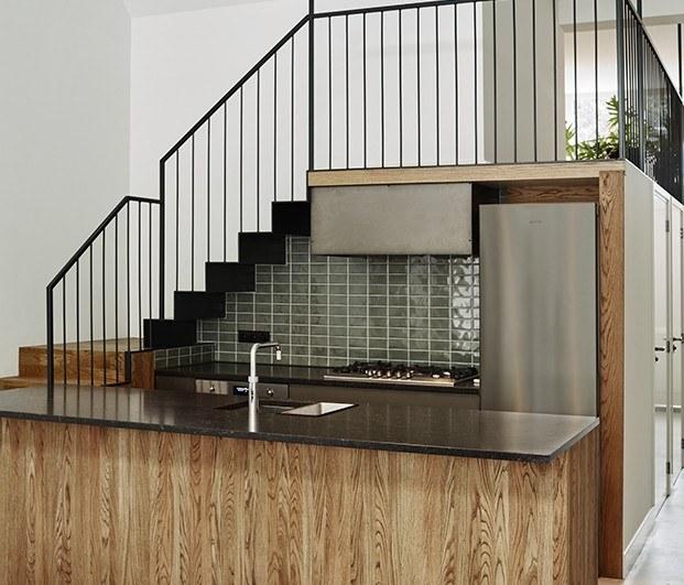 Cocina bajo escaleras, apartamento 2. Proyecto Home Sint Willibrordusstraat.