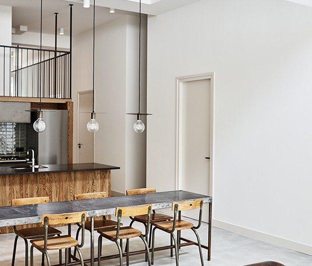 Comedor de madera en el centro del espacio, apartamento 2. Proyecto Home Sint Willibrordusstraat.