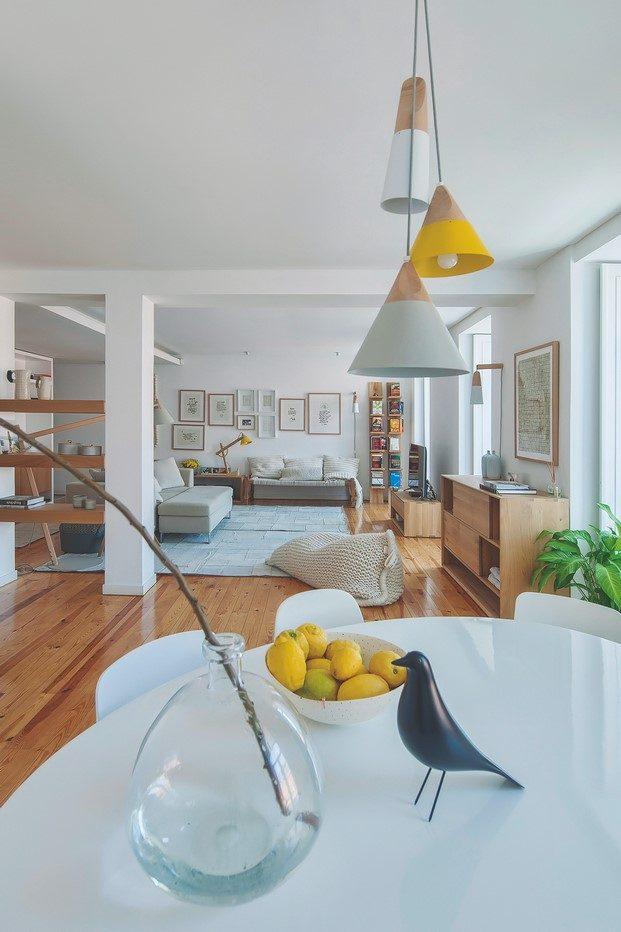 lámpara de color amarillo puf salón piso de estilo nórdico en lisboa diariodesign