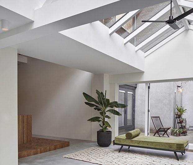 Sala de estar, apartamento 1 con una gran lucernario . Proyecto Home Sint Willibrordusstraat.