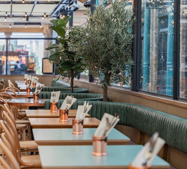 Mesas de diferentes colores restaurante buns&buns.