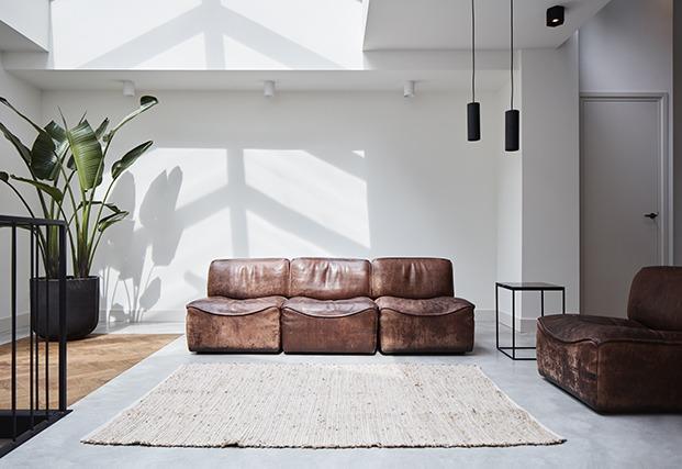 Sala de estar con sofás de cuero desgastado, apartamento 2. Proyecto Home Sint Willibrordusstraat.