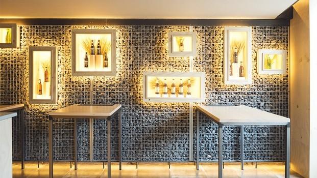 Expositor cervezas mahou san miguel en cervecería de burgos
