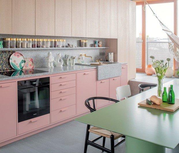 Cocina rosa moderna con mea verde
