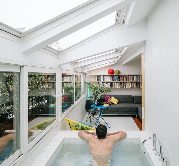 Salón con piscina-bañera ático en Madrid