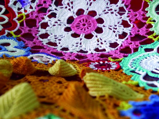 Colaboración Joana Vasconcelos con roche Bobois. Diseños de crochet