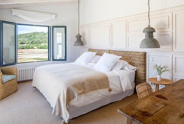 habitación con cabezal de mimbre rafia estilo mediterráneo