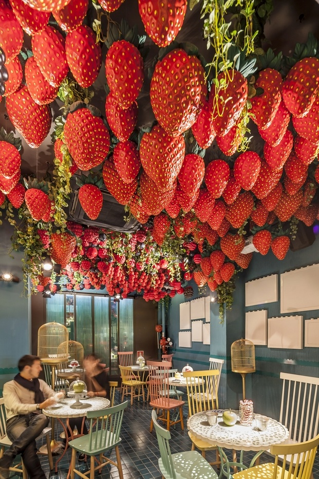 Barra de postres restaurante Tickets de Albert Adrià. Fresas en el techo