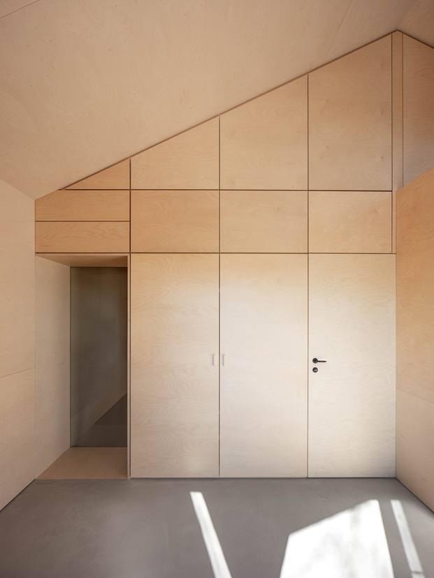 puerta armario madera casa en suiza diariodesign