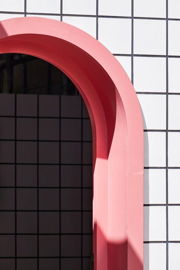 Detalle baldosas blancas con detalles rosas. Lomax Studio. Londres