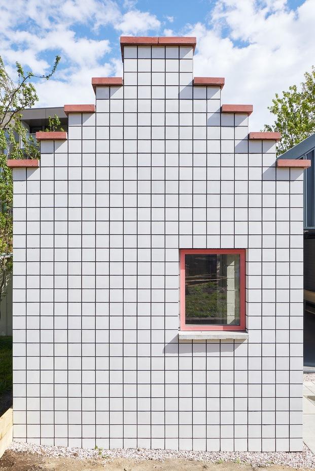 Edificio con baldosas blancas con detalles rosas. Lomax Studio. Londres