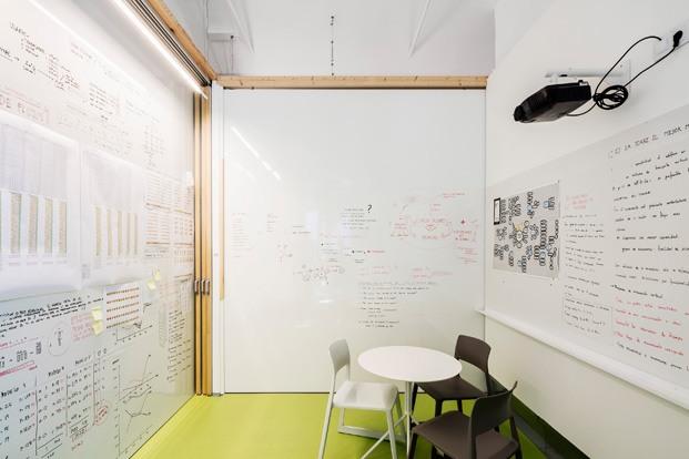 sala brainstorming nuevas oficinas PMMT Barcelona diariodesign