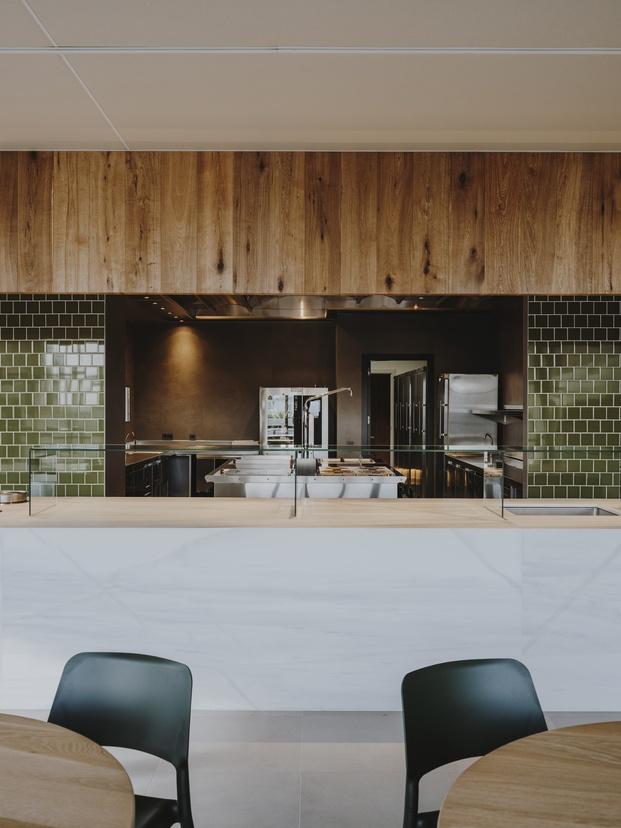 Cantina frigicoll pared con azulejos verde botella