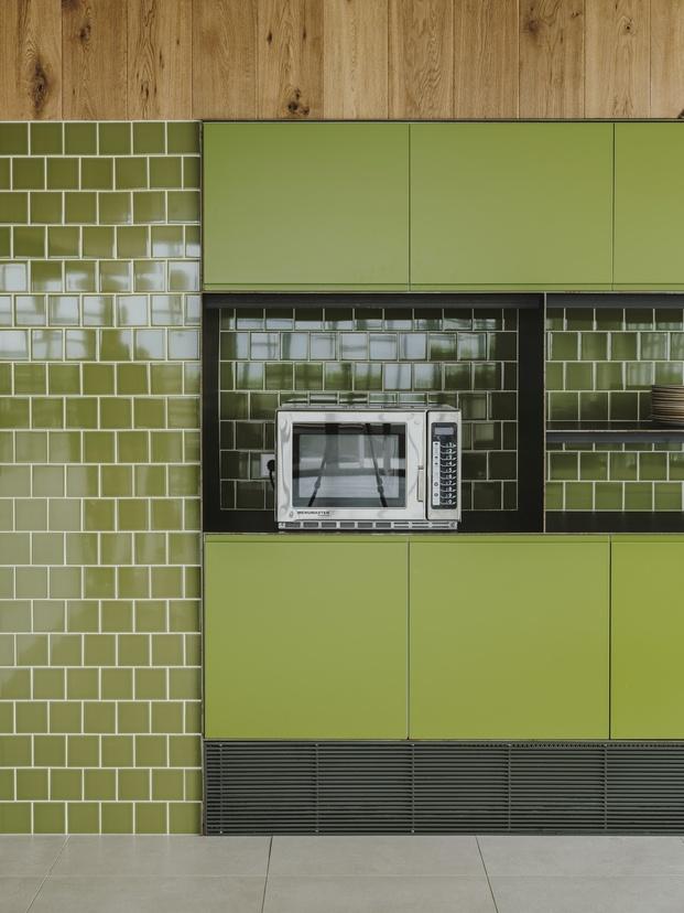 frigicoll pared con azulejos verde botella