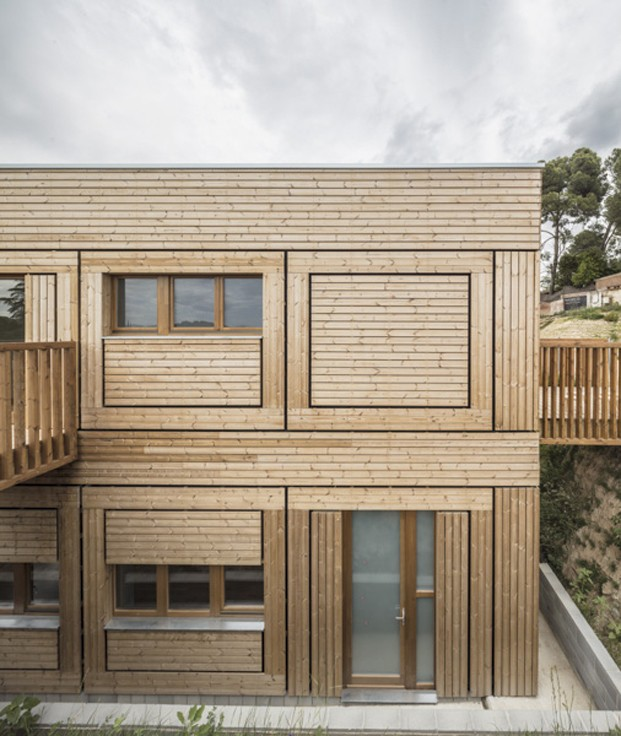fachada de madera habitada escuela el til·ler diariodesign