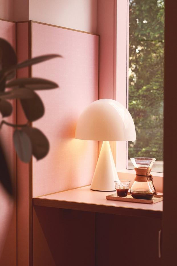 cafetera chemex y lámpara de poul henningsen en ventana rosa diariodesign