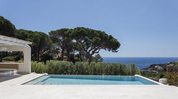 casa con piscina y vistas al mediterráneo diariodesign