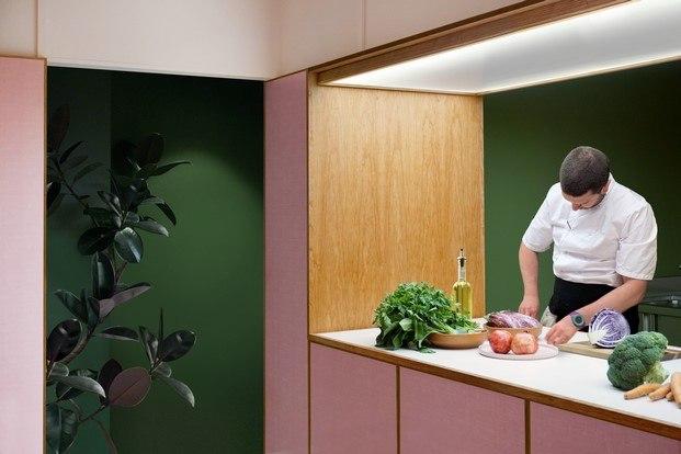 cocina abierta enmarcada en madera de cerezo