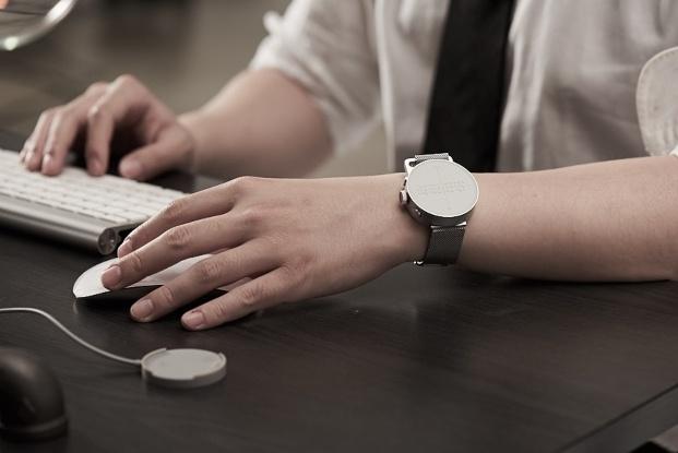 hombre trabajando con reloj dot en muñeca