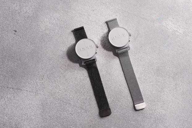 dos relojes dot negro y plata