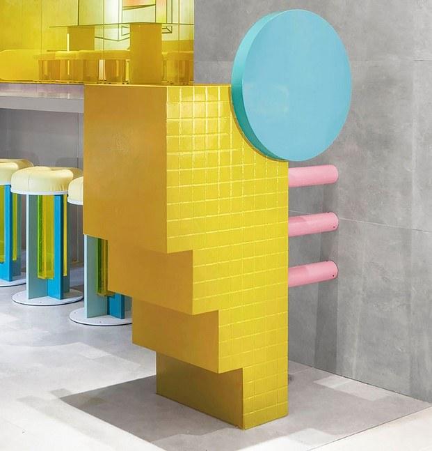 figura geométrica amarilla hong kong