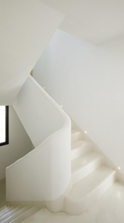 escalera blanca formas redondeadas
