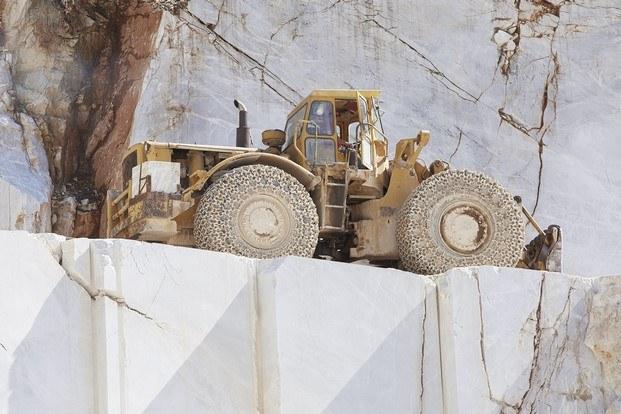 máquina excavadora en cantera de mármol diariodesign
