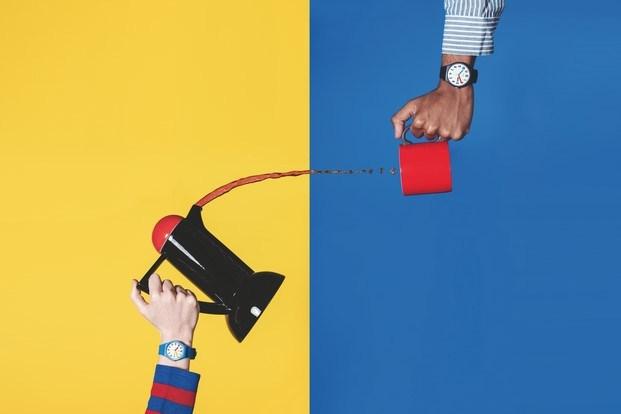 inspiración bauhaus relojes swatch fondo amarillo y azul diariodesign