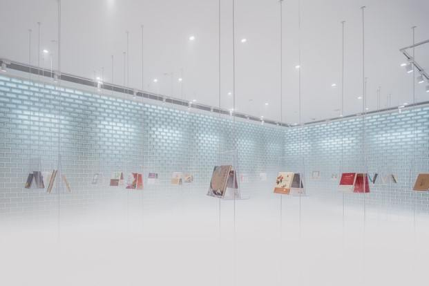 entrada librería suzhou libros en estanterías transparentes