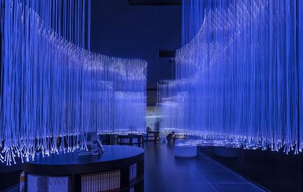 pasillo oscuro estrecho color negro y azul fibras iluminadas suzhou