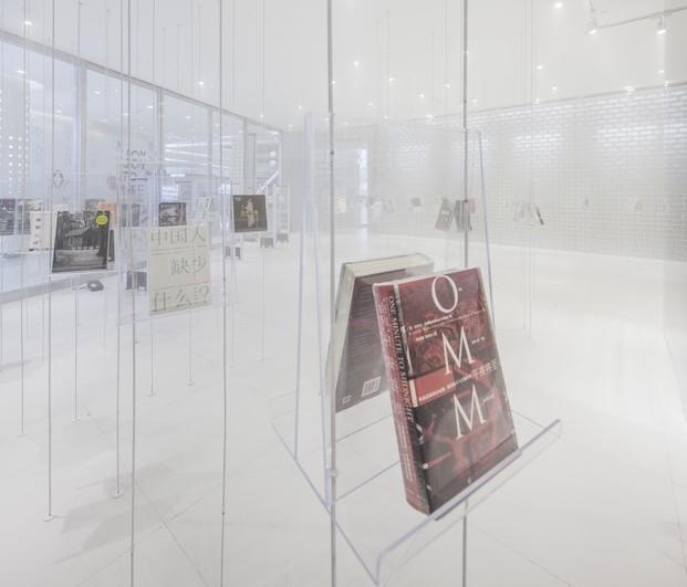 detalle de libro en estantería transparente en librería de suzhou