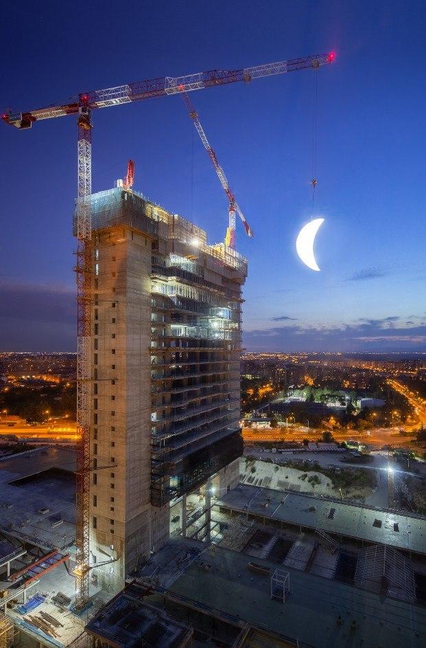 luna colgando edificio caleido en madrid