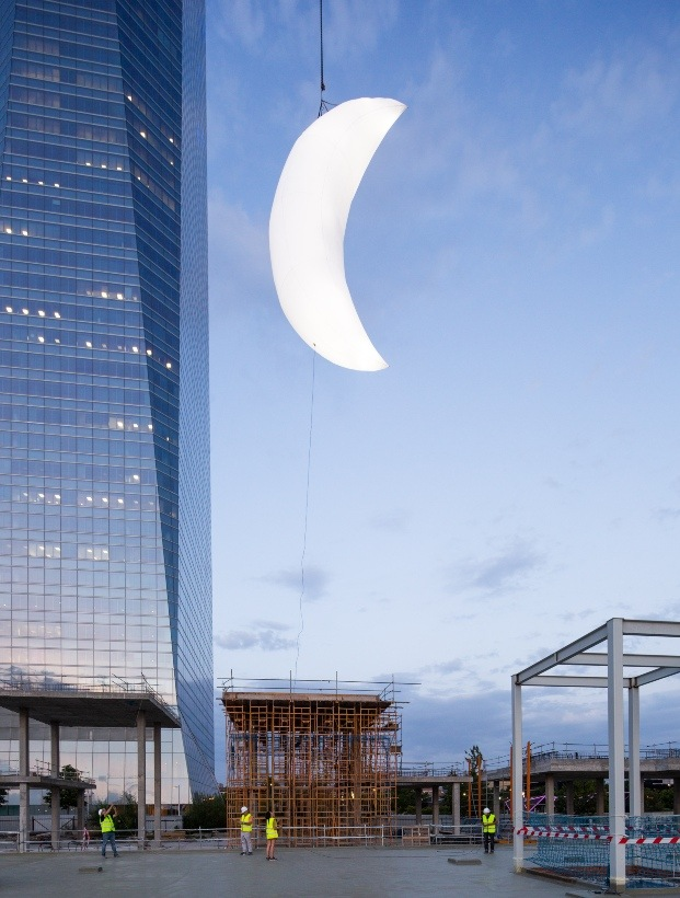 luna colgando edifcio caleido