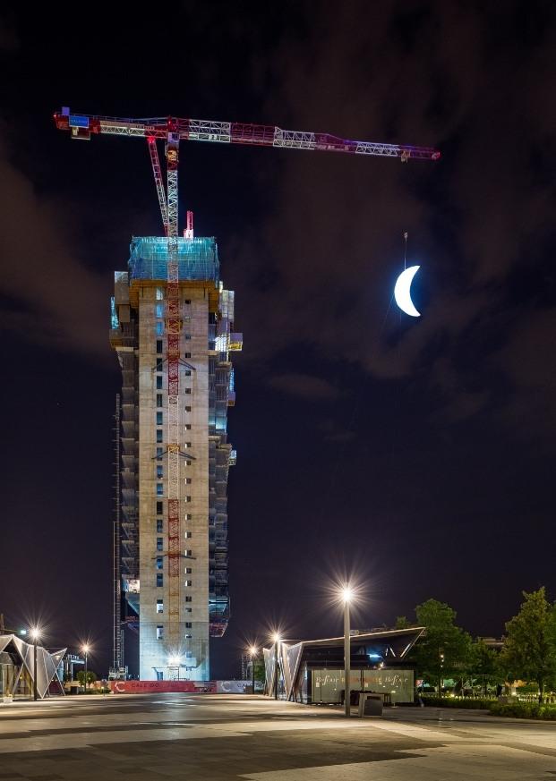 luna colgando grúa edificio caleido madrid
