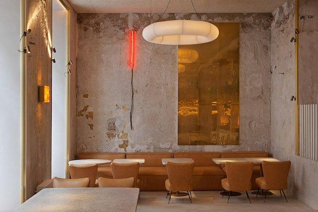 Espacio de butacas y bancos restaurante inspirado en el aguacate madrid in love
