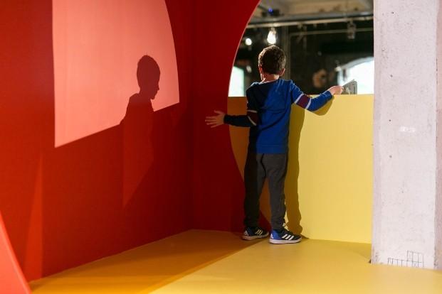 niño de espaldas rojo y amarillo