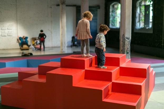 playgrounds matadero madrid niños jugando subidos instalación roja