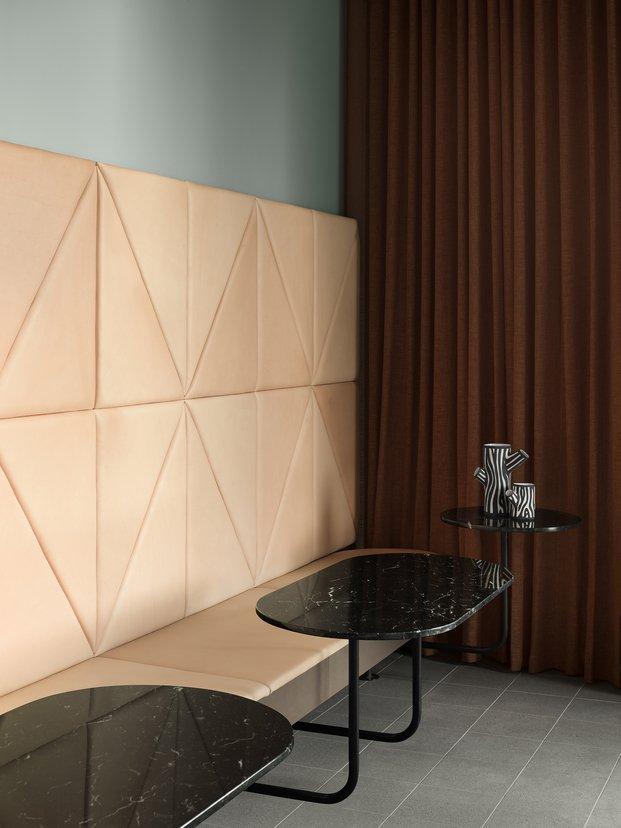 Grow Hotel Estocolmo. Note Design Studio. Banco forrado de piel con respaldo pared entera