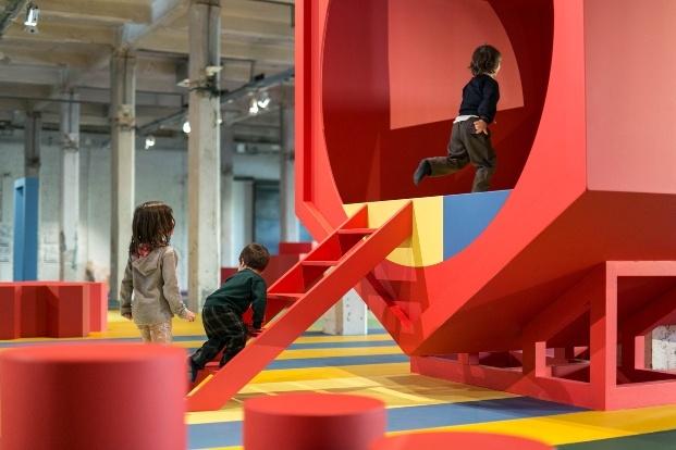playgrounds matadero madrid niños jugando rojo