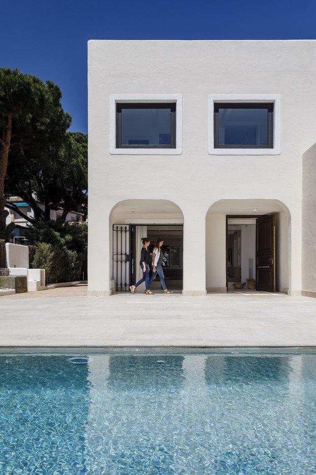 piscina en casa blanca s'agaró diariodesign