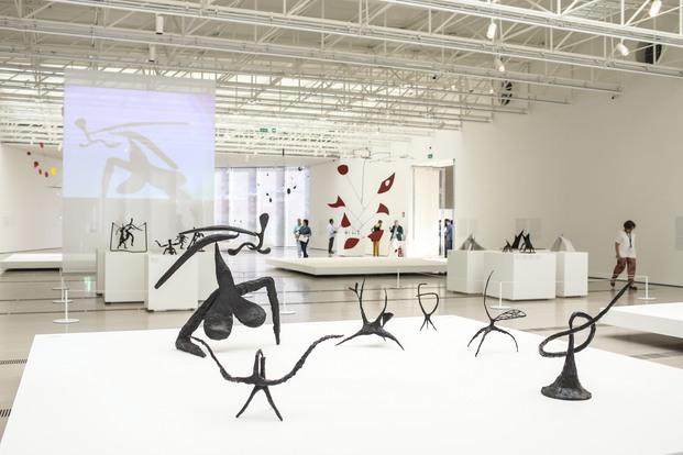Exposición móviles de Alexander Calder en el Centro Botín de Santander