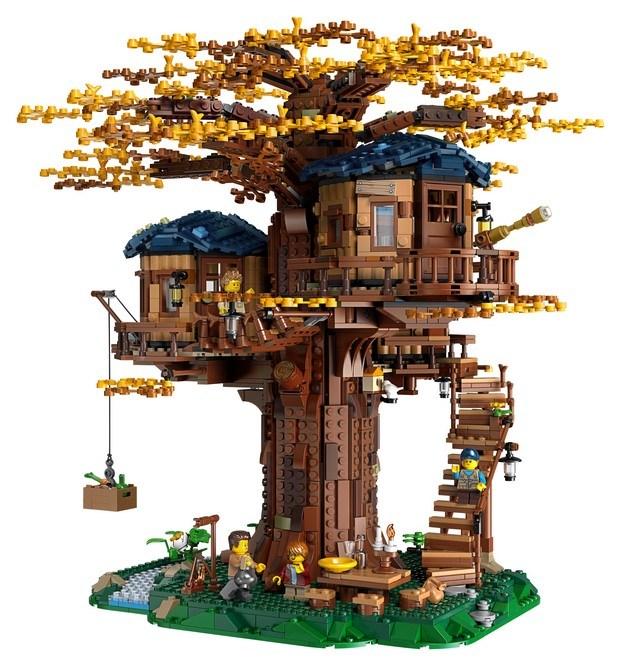 casa del árbol en otoño