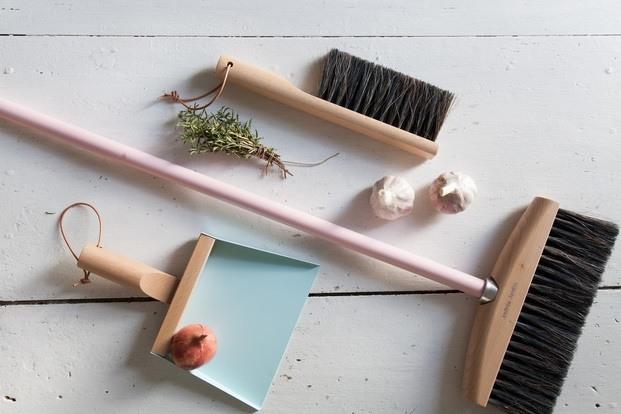 Escoba de diseño moderno con mango de color rosa