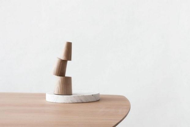 totem mortem escultura madera y mármol martín azúa diariodesign