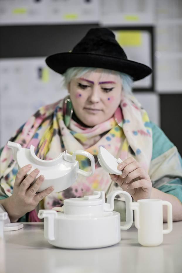 La diseñadora Bethan Laura Wood  con el set de té Tongue para Rosenthal