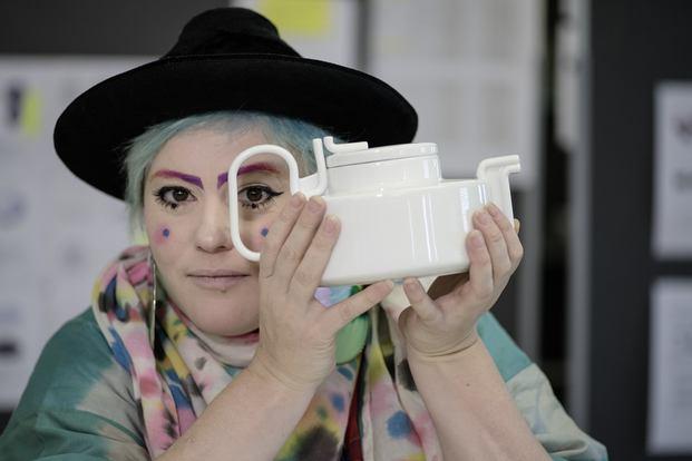 La diseñadora Bethan Laura Wood  con el set de té Tongue homenaje a la Bauhaus