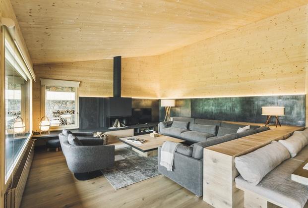 Casa en La Cerdanya. Salón con chimenea de hierro