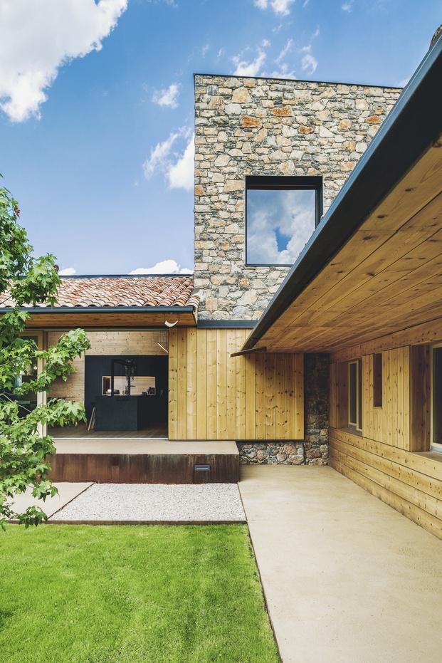 Casa en el Pirineo de piedra, teja y madera